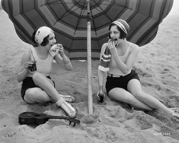 Quando a Primeira Guerra Mundial terminou em, 1918, as pessoas estavam obviamente felizes. Tão felizes que todo esse sentimento acabou influenciando a arte e a moda da época. A era começou sendo definida pelo surgimento da Art Déco, que influenciou também a moda, que - como você pode ver nas fotos a seguir - continua sendoincrível mesmo90 anos mais tarde. Antes da década de 1920, a moda na Europa ocidental ainda era um pouco rígida e impraticável. Estilos eram restritivos e muito formais…
