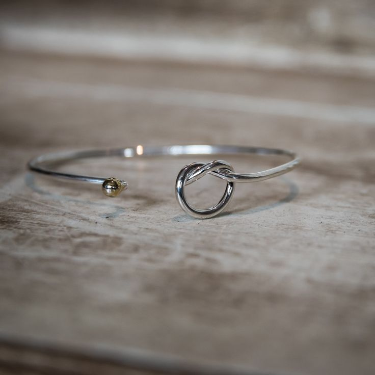 This Cape Cod love knot nautical bracelet is a pure classic. A simple and elegant way to symbolize your feelings of love and devotion.