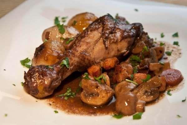 Κόκορας κρασάτος είναι ένα ελαφρύ και νόστιμο φαγητό για τους καλοφαγάδες και τους μερακλήδες που ξέρουν να εκτιμούν την ελληνική κουζίνα.