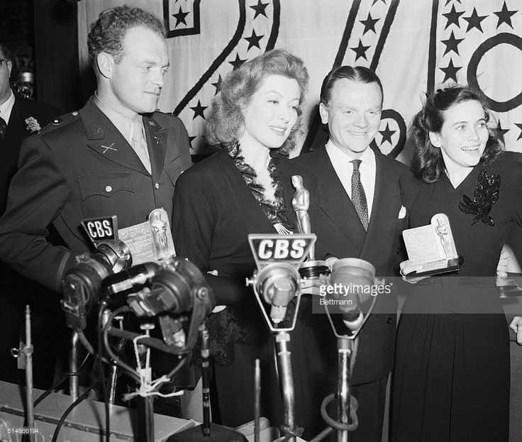 van-heflin-greer-garson-james-cagney-and-teresa-wright-proudly-hold-picture-id514686194 (1024×867)