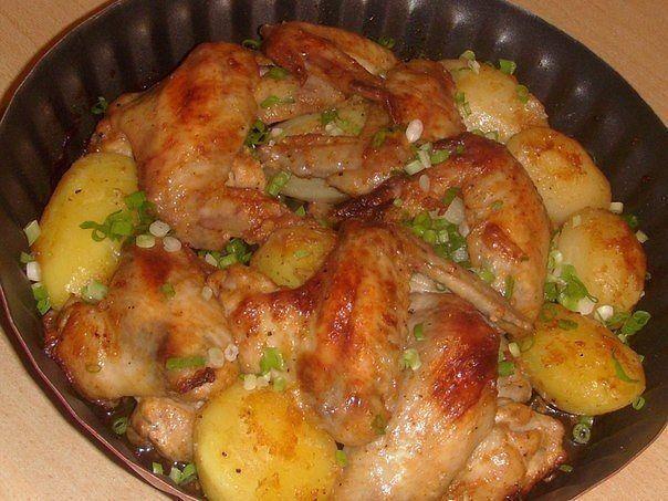 Vă prezentăm o rețetă de aripioare delicioase coapte cu cartofi. Este un fel de mâncare ce se prepară simplu și rapid, fiind numai bun pentru o cină în familie. Astfel, obțineți felul principal și garnitura pentru acesta în același timp. Aripioarele se obțin rumene și puțin crocante, iar cartofii sunt moi, fini și aromați. Datorită …