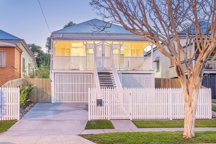 ANNERLEY 19 Prince Street... Elegantly presented with a fresh white exterior, this 1910 weatherboard home spans a single level and is framed by a classic white picket fence and spacious front verandah.