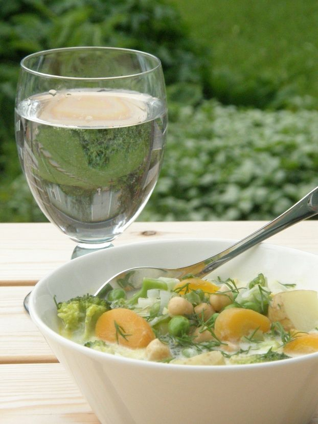 A simple and delicious summer vegetable soup from Finland, easy to prepare, highlights the delicate flavors of the vegetables, perfect with Sauvignon Blanc