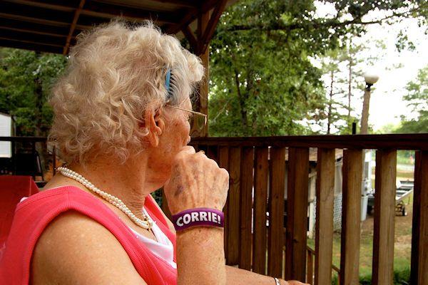 """Steeds meer ouderen lijden in meer of mindere mate aan dementie. Het begint vaak met onschuldige vergeetachtigheid, maar uiteindelijk kunnen sommige ouderen zelfs hun voornaam niet meer onthouden. Om deze mensente helpen, ontwikkelde Corrie Tiggelink (81) een speciaal polsbandje. Vlak voor ze zich voorstelt, spiekt Corrie even op haar polsbandje. """"Corrie"""", zegt ze met vaste stem. Dankzij het polsbandje kan [...]"""