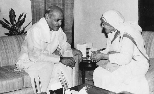 Prime Minister P.V. Narasimha Rao in conversation with Mother Teresa, who called on him in New Delhi on October 4, 1991. Photo: The Hindu photo archives