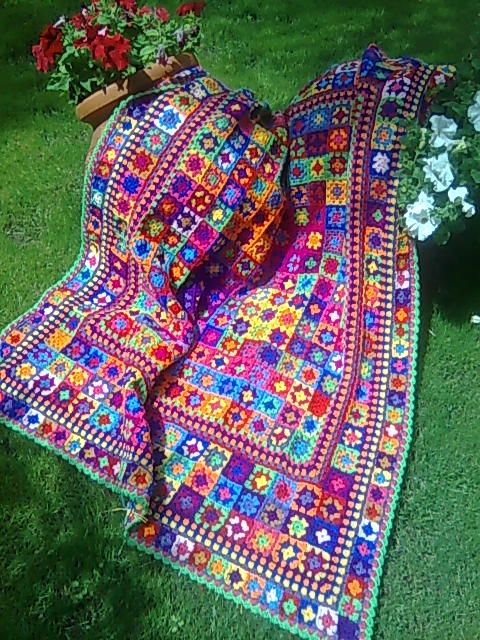 Inspiration :: Granny squares are set off nicely with bordering rounds, by AntaraCeletna #crochet #blanket #afghan #throw #pillow