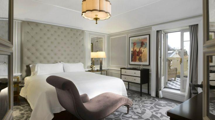 Dormitorio del hotel boutique con vistas decorado estilo clásico