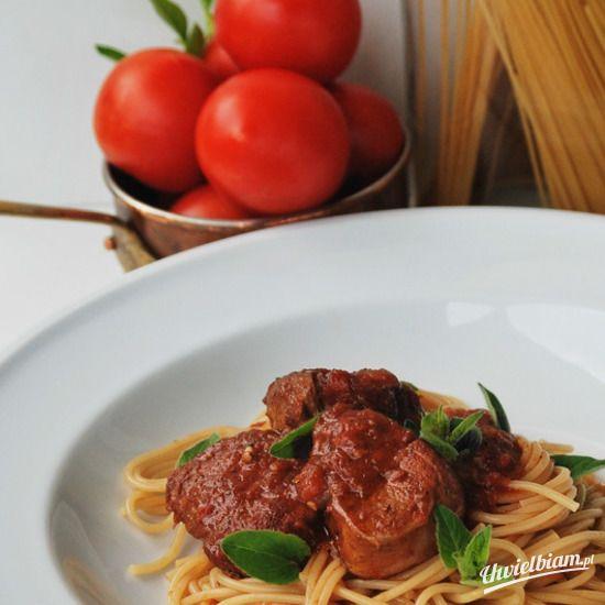 Gulasz wieprzowy z pomidorami i spaghetti