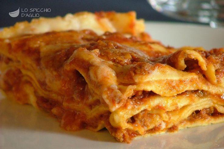 Italian Recipes never fail. Le lasagne al forno, chiamate spesso anche lasagne alla Bolognese, sono un ricco e gustoso piatto tipico della cucina Emiliana preprato con sfoglie di pasta all'uovo, ragù, besciamella e Parmigiano.