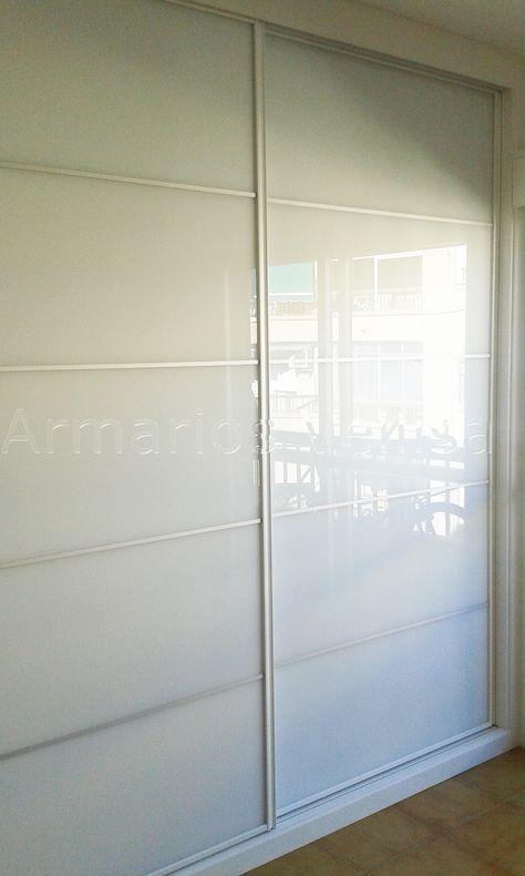 Armario empotrado 248 X 238 X 65 2 puertas correderas. Modelo: Panel Japonés con cristal blanco separado en 5 partes con 4 junquillos aluminio mate. Color base: Blanco melamina. Color paneles: Cristal Blanco.