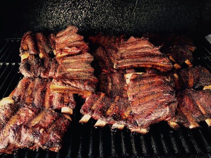 Más que un restaurante, es un secreto a voces. Llamas, haces tu pedido y llegas a recoger el mejor brisket de todo Guadalajara. El éxito no es de gratis: tanto el brisket como las costillas BBQ pasan más de 12 horas en horno de leña, cocinadas fielmente al estilo Texas. Deja que el sabor de la carne humeante te mande al cielo y de paso, pide de postre uno de sus famosos pay de nuez.Ubicación: Axayacatl 394, Col. Jardines del Sol