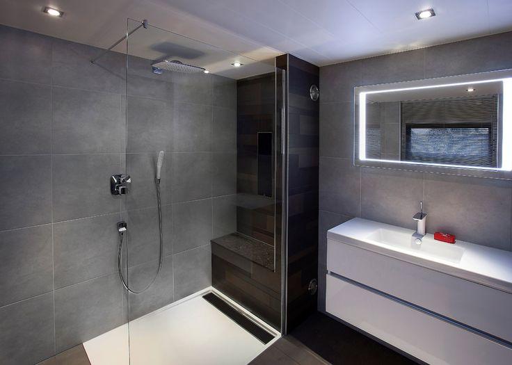 Een moderne badkamer voorzien van een Sunshower en Hansgrohe Raindance regendouche. Een prachtige badkamer om in te ontspannen!