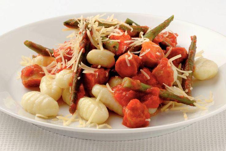 Kijk wat een lekker recept ik heb gevonden op Allerhande! Gnocchi met kalkoenworstjes en tomatensaus. Kijken of onze dochter van 2 dit lekker  vindt