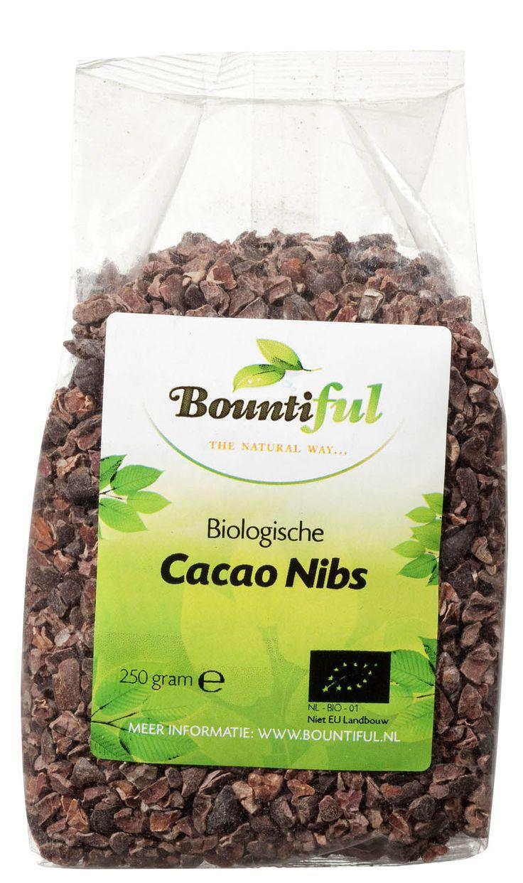 Pure cacao nibs zijn gemaakt van biologische rauwe cacaobonen. In tegenstelling tot chocolade zijn cacao nibs ongeraffineerd, ze bevatten geen suiker en melk. In chocolade komen de eigenschappen van cacao niet echt tot hun recht door het gebruik van veel vetten en suikers.   Cacaonibs zijn geschikt als snack, maar je kan ze ook toevoegen aan je ontbijt, smoothie of dessert. Daarnaast kan je cacao nibs ook verwerken in zelfgemaakte chocoladesnoepjes, repen of koekjes.