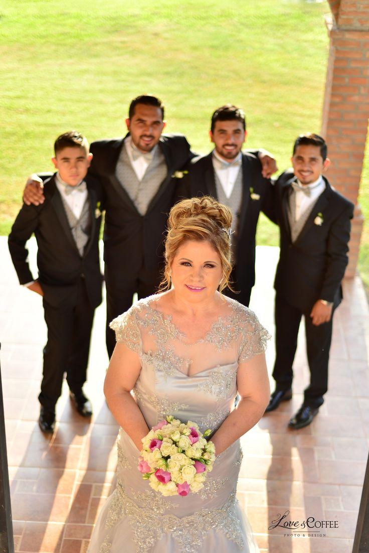 Aniversario 25 años! Hermosa novia y sus hijos! Felicidades #loveandcoffee #boda #novia #fotografia