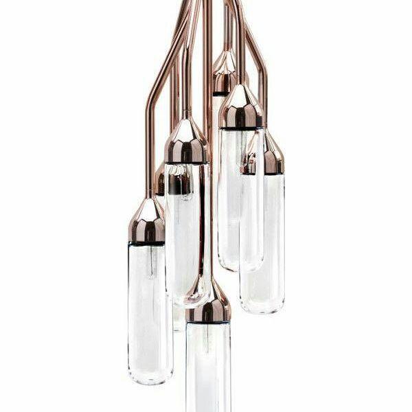 A luminária Furore suspensão é semelhante à lâmpada de tabela, com sete braços curvados que penduram em comprimentos diferentes, cada um segurando uma abajur de vidro soprado à mão.