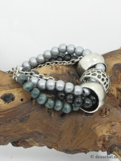 Mooie armband van houten kralen en metalen ringen (Sarlini) voor maar 5,21 (25% korting!) bij Deoorbel.nl