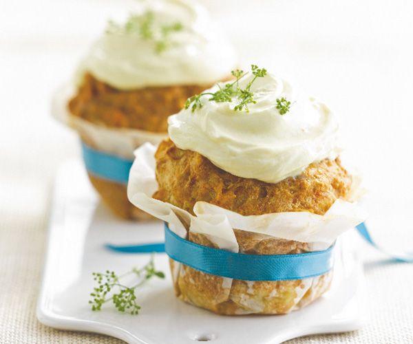 Voici une très bonne recette de cupcakes fourrés aux pommes deterre, au  thon et à la sauce curcuma. Faciles à faire, ces gâteaux salés se dégustent en entrée.