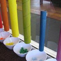 De kinderen kunnen hier de kleurtjes leren door het juiste bolletje in de juiste koker doen.