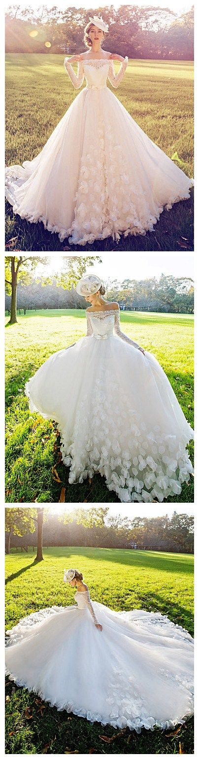 White Court Train Off-the-shoulder Lace wedding dress, love every detail on the wedding Peplum