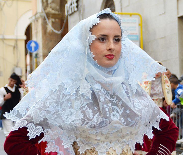 Osilo, Sardegna, abito da sposa, particolare del copricapo in tulle di cotone ricamato.