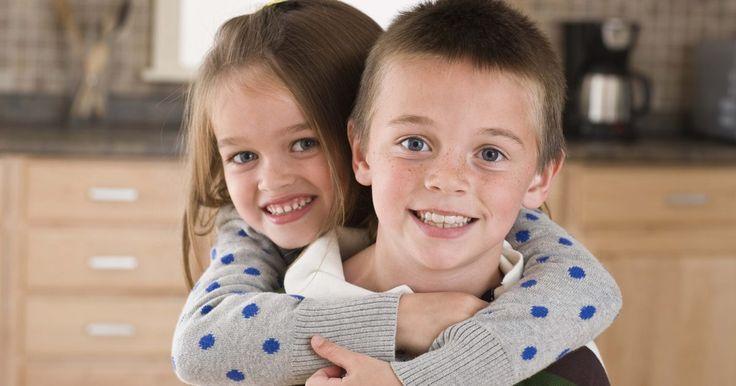 Juegos para niños y niñas menores de 8 años. Cuando tengas invitados a una fiesta para grupos de niños de 8 años o menos, mantenlos ocupados con juegos emocionantes. Los juegos ayudan a los niños pequeños a construir habilidades sociales, y les enseñan como hacer nuevos amigos. Crear juegos que ponen físicamente a prueba a los niños y los hacen pensar. Obsequiar premios pequeños a los ...