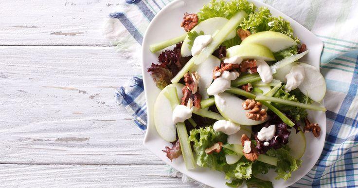 Kleiner Dreh, große Wirkung: Mit neuen Zutaten lassen sich die leckersten Salatklassiker raffiniert abwandeln. Perfekt als Beilage, Vorspeise oder als sommerlich leichter Hauptgang