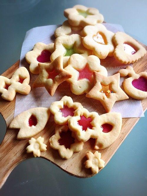70年代生まれの、小さなキューブ型の飴「キュービィロップ」。誰もが一度は食べた事があるのではないでしょうか?そんな馴染み深い飴をつかって、簡単に作れる「裏技」とも言えるクッキーが話題。作り方とアレンジアイデアをご紹介します。