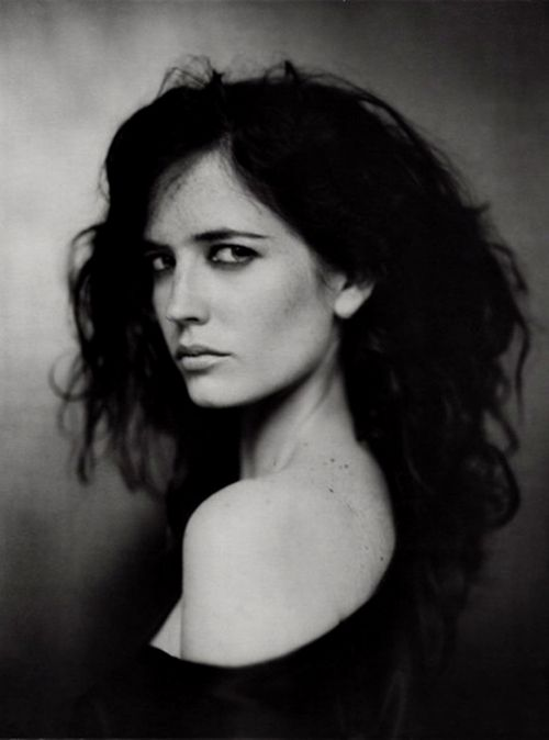 Eva Green a French actress was born in Paris, two minutes earlier than her non-identical twin sister, Joy (Johanne).