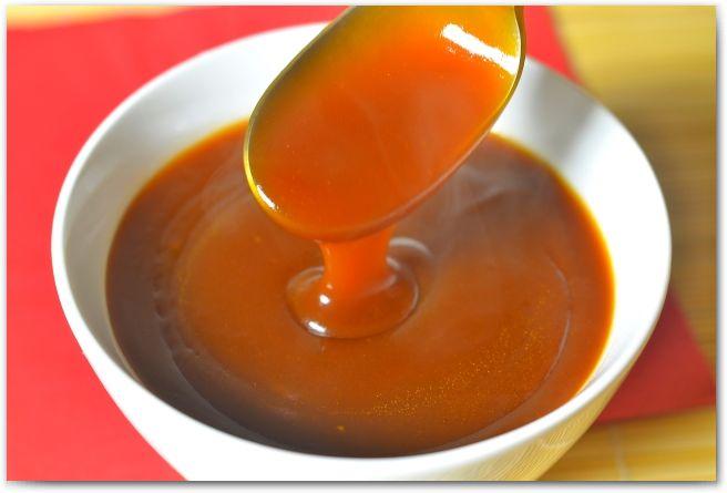 Кисло-сладкий соус   Большинство из нас знакомы с кисло-сладком соусом именно для свинины, однако, он так же используется и для говядины и для куриного мяса. Соус так же популярен для макания в него картошки фри, наггетсов и морепродуктов.