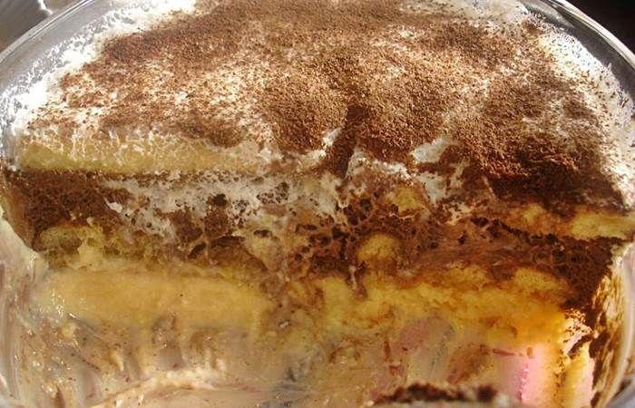 Ingredientes: 200g de biscoitos de champanhe (palitos La Réine) Mousse: 1 tablete de chocolate 6 colheres (sopa) de açúcar 6 ovos 100g de margarina Creme de Leite Condensado: 4 gemas 1 lata de leite condensado 3dl de leite Creme de Natas e Claras: 2dl de natas 4 claras 5 colheres (sopa) de açúcar Preparação: Comece …