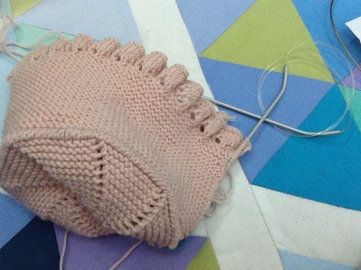 Uma touca de bébé, quase pronta, feita nas nossas aulas. Baby bonnet