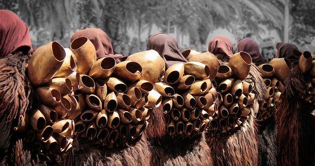 I Mamuthones sono, assieme agli Issohadores, maschere tipiche del carnevale di Mamoiada in Sardegna #mamuthones #Sardegna #tradizioni