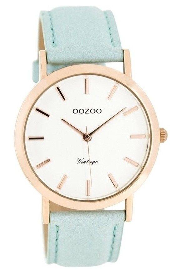 OOZOO Horloge Vintage 38 mm Mint C8101. Trendy vormgegeven dameshorloge uit de OOZOO collectie. Het model heeft een rosékleurige stalen kast en mintkleurige lederen horlogeband. De band sluit door middel van een stalen gespsluiting. De doorsnede van de kast is 38 mm, de zachtroze wijzerplaat heeft zilverkleurige index en wijzers. Trendy model, een musthave voor zomerse dagen.