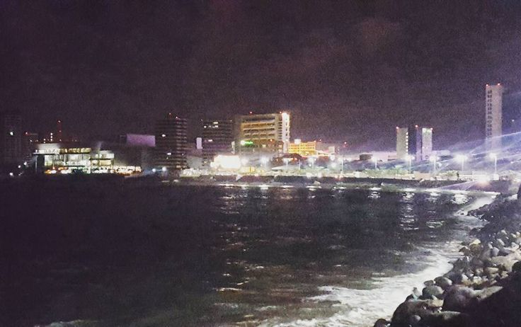 #LaNetaTeJuroQue está vista de noche en #BocaDelRio #Veractuz es inigualable  #travel #mexico #passport #night #street #sea #mar #noche #traveling #trip #port #jarochilandia #mall #colors #summer #people #beach #entretenimiento #sports #bule #boulevard