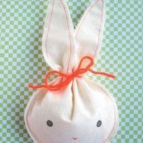 Originele en gezonde traktaties maak je natuurlijk lekker zelf! Ontwerpster Kristel van Genugten geeft ons de perfecte oplossing: konijntjes gevuld met worteltjes. Lekker en nog gezond ook!