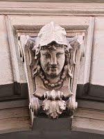 Trieste – Volto femminile sull'arco del portone di Via Belpoggio 17
