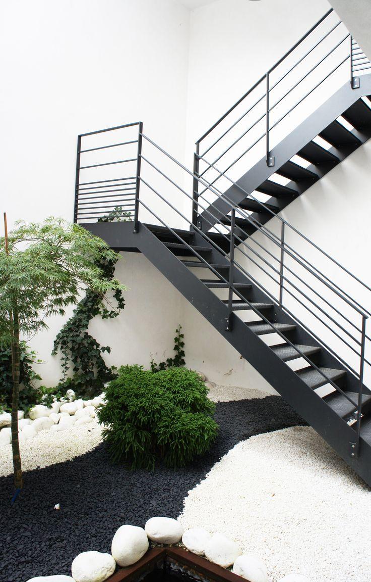 Escalier 2/4 tournant extérieur, toue en acier traité et peint.