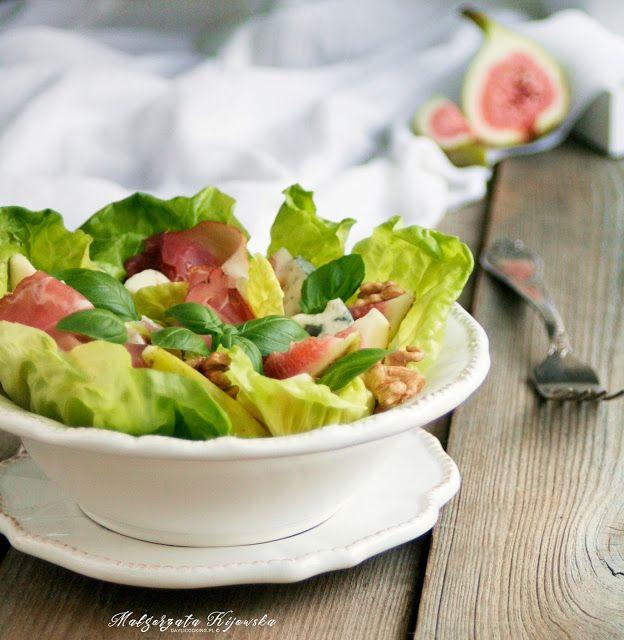 Sałatka z sera gorgonzola, fig, szynki długo dojrzewającej, na sałacie i z dodatkiem włoskich orzechów