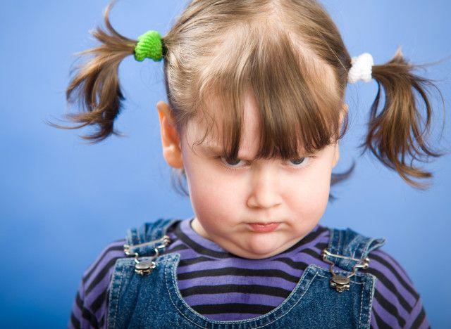 26 phrases pour calmer la colère d'un enfant.  Que votre enfant soit généralement de bonne composition ou qu'il se mette en pétard à la moindre provocation, le fait de savoir gérer sa frustration lui sera toujours utile. En tant que parents, nous posons les bases de cet apprentissage en faisant preuve de maîtrise quand l'émotion nous submerge.
