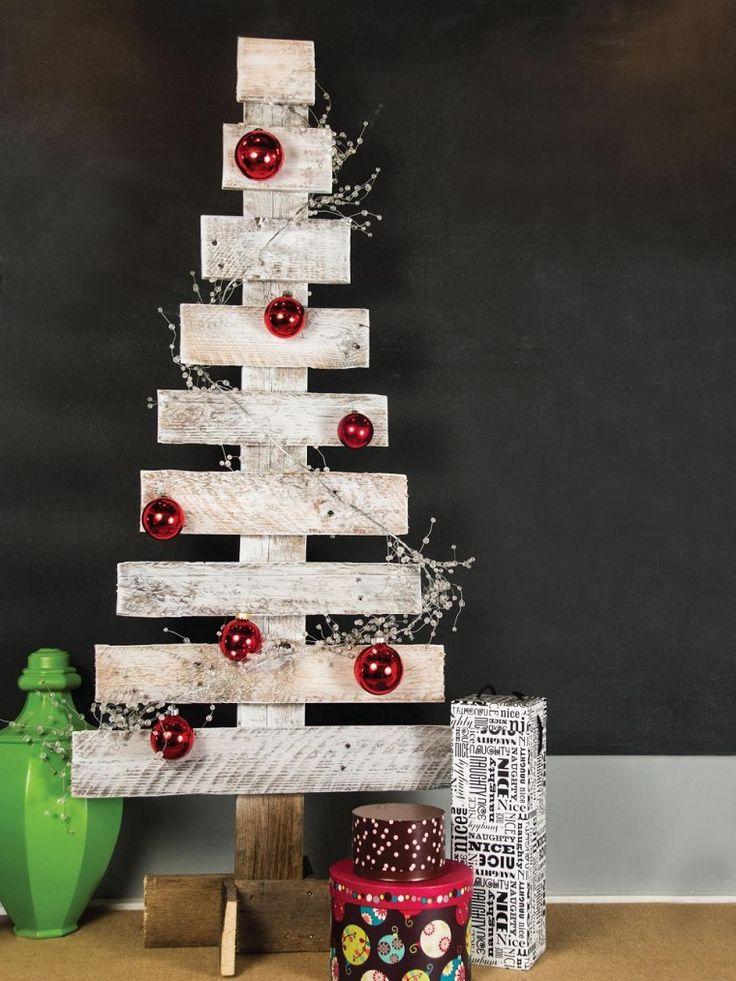 Albero di Natale fai da te, pallet di colore bianco decorato con palline rosse e pacchi di regalo
