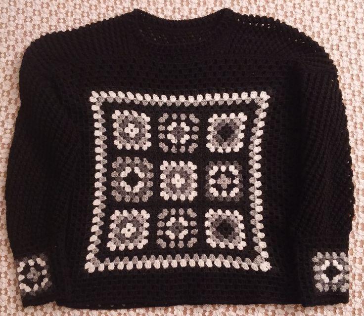 Maglia da donna leggermente traforata realizzata in lana. Lavorazione sia a maglia che all'uncinetto. Knit and crochet.