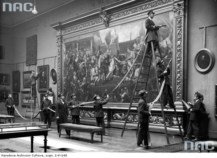 Służba muzealna podczas ćwiczeń w zakresie pożarnictwa.   Muzeum Narodowe w Krakowie, 1930 via Narodowe Archiwum Cyfrowe / The #museum service during fire-fighting exercises. #National Museum in Krakow, 1930