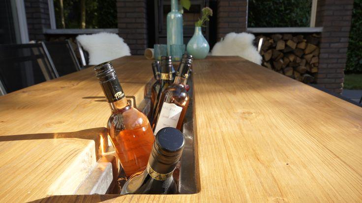 Voor de wijnliefhebber! Buitentafel met wijnkoeler en wijnflessen lamp.