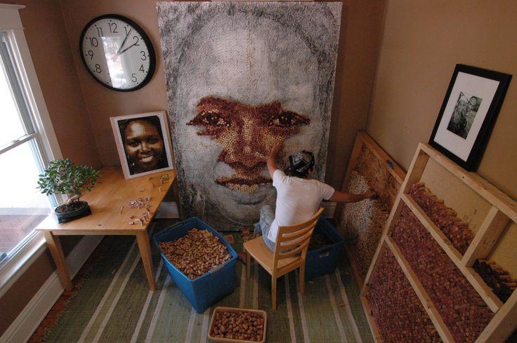 Estudio de Scott Gundersen.Retratos con tapones de corcho de vino. Estas creaciones de gran tamaño que parten de una fotografía, pasan a dibujo carbón, para después convertirse en impresionantes obras de arte gracias a la reutilización de corchos de vino de distintos tonos y colores que el mismo artista recoge y almacena en su estudio. En cada retrato, Gundersen utiliza de 5.000 a 10.000 tapones de corcho y más de 50 horas de trabajo.