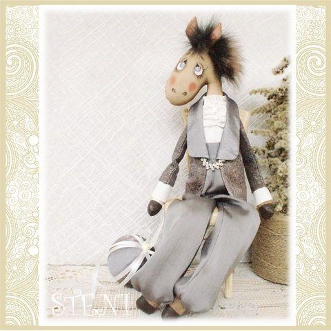 КоньЭрик сделан в пару клошадкеКореВинтажная лошадка, символ 2014 года, с легким ароматом кофе и корицы.Текстильная авторская лошадка украсит ваш интерьер к новогоднему празднику и будет оригинальным запоминающимся подарком .Сидит с опорой. Сзади есть петелька, за которую можно повесить игрушку на стену.Выполнена поавторской выкройке!рост 47 см******************************СДЕЛАЮ НА ЗАКАЗ.срок исполнения заказа 3 дня