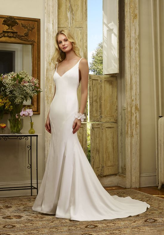 Robert Bullock Wedding dress with low v-neckline | Cadence | http://trib.al/TQTE8B5