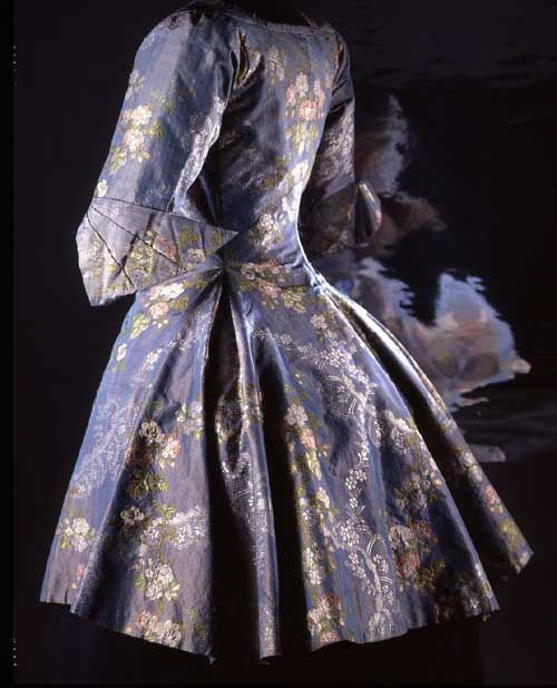 Camisole, c1760s(?). Blue changeable silk taffeta, brocaded. Musée Galliera's coll. © : K. Maucotel / Paris-Musées.
