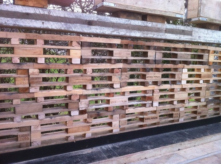 29 best pallet fences images on pinterest pallet ideas for Wood pallet privacy walls