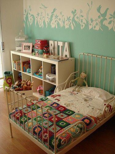 Nostalgische kinderkamer met mooie muurschildering. Wat een fantastische meisjeskamer. Hier had ik vroeger best willen slapen! Op de muur is een geweldige muurschildering gemaakt. De kleur van de muur komt terug in de nostalgische beddensprei.